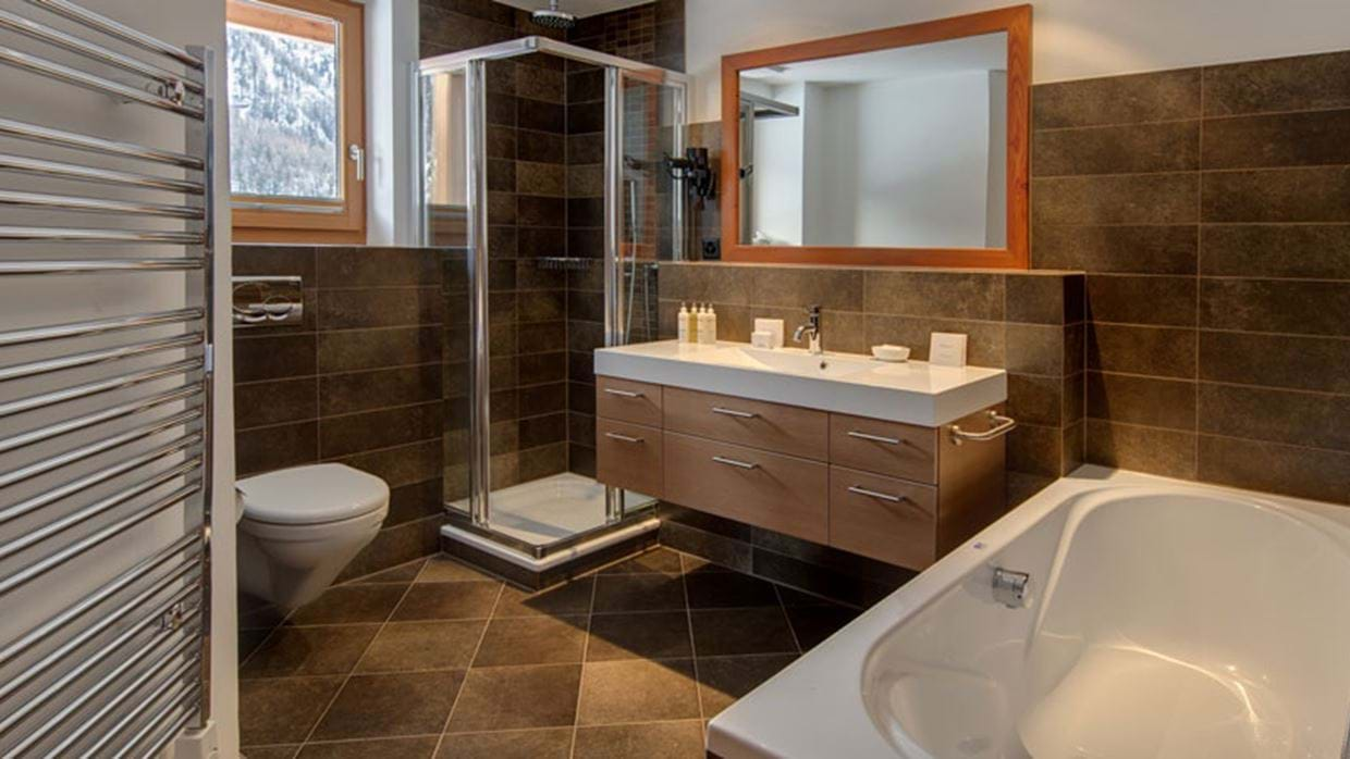 8955041ibron-first-floor-bathroom.jpg