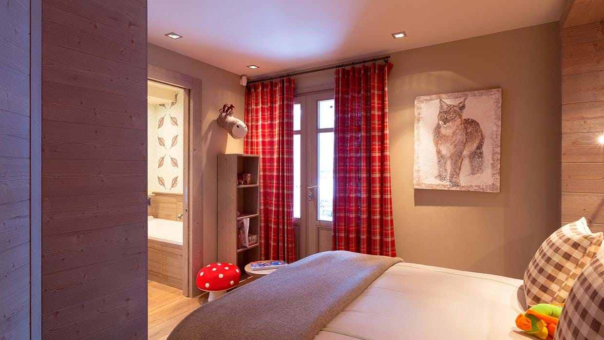 chalet_lys_martagon_courchevel_1850_france_luxury_ski_bedroom_5.jpg