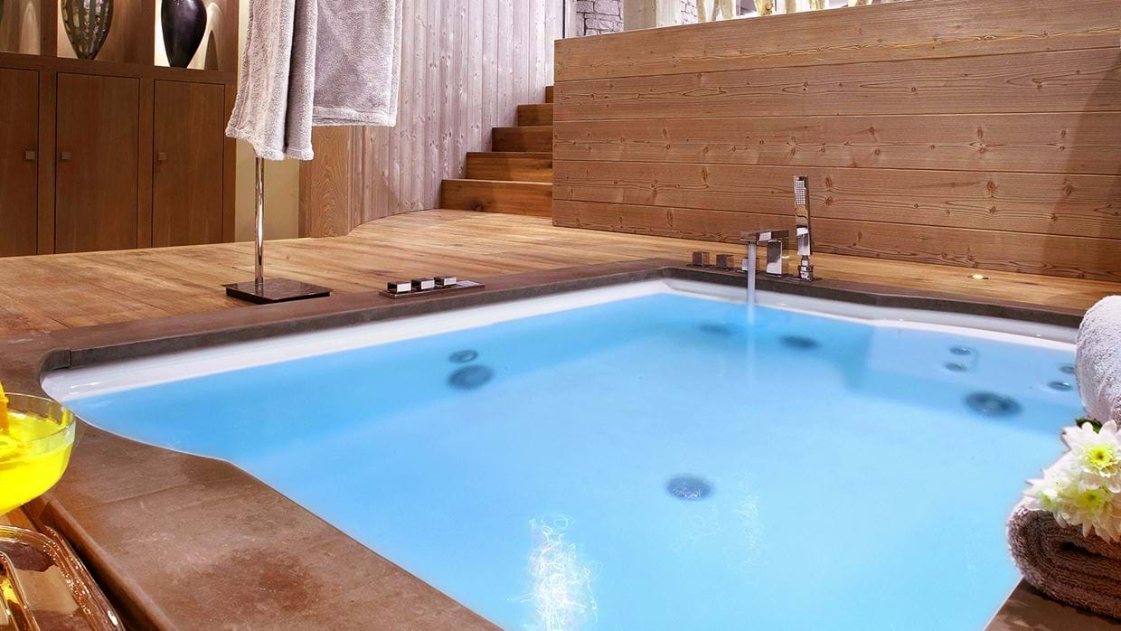chalet_lys_martagon_courchevel_1850_france_luxury_ski_jacuzzi.jpg