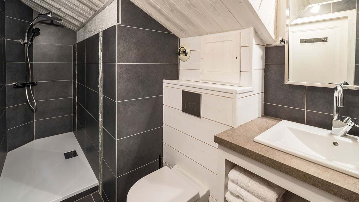chalet_phoebe_meribel_oxford_ski_bathroom2.jpg