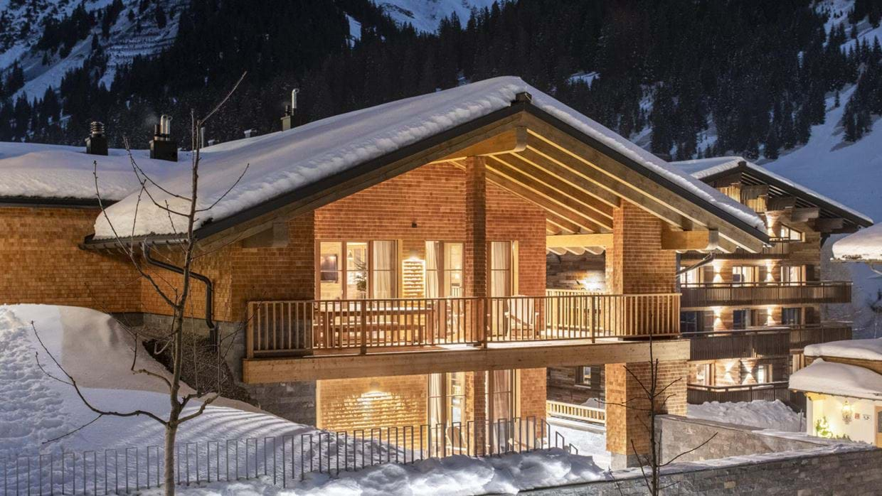 chalech_L_lech_luxury_ski_chalet_oxford_ski_ exterior_night.jpg